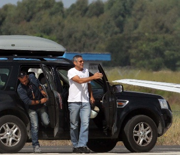 George Clooney in a Land Rover Freelander