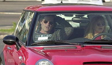 Goldie Hawn and Kurt Russel in a Mini Cooper