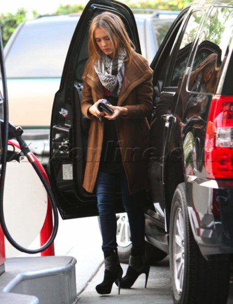 Jessica Alba gasses up her GMC Yukon.