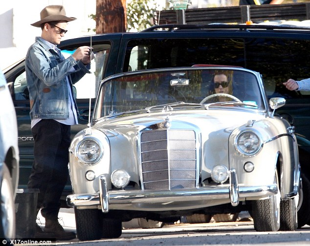 Katy perry and john mayer cruise around in a vintage for Mercedes benz katy