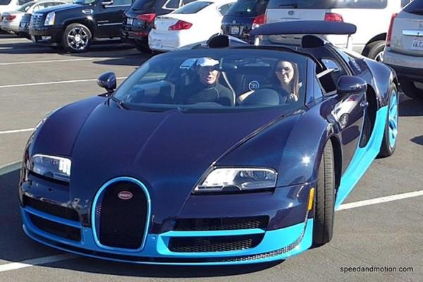 Kendall Jenner Driving a Bugatti Veyron Vitesse ...
