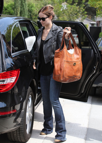 olivia wilde loads the backseat of a mercedes celebrity cars blog. Black Bedroom Furniture Sets. Home Design Ideas