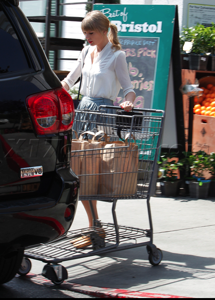 Taylor Swift Goes Grocery Shopping In A Toyota Celebrity Cars Blog
