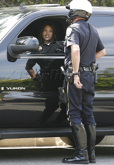 jessica alba getting a ticket in her gmc yukon
